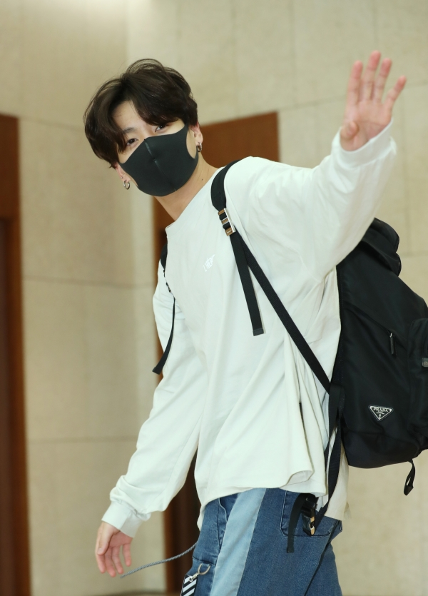 Jungkook of BTS is saying hello in the afternoon of 5 April, before departing for Thailand for their concert via charter flight from the Gimpo International Airport 2019.4.5/News 1 © News 1