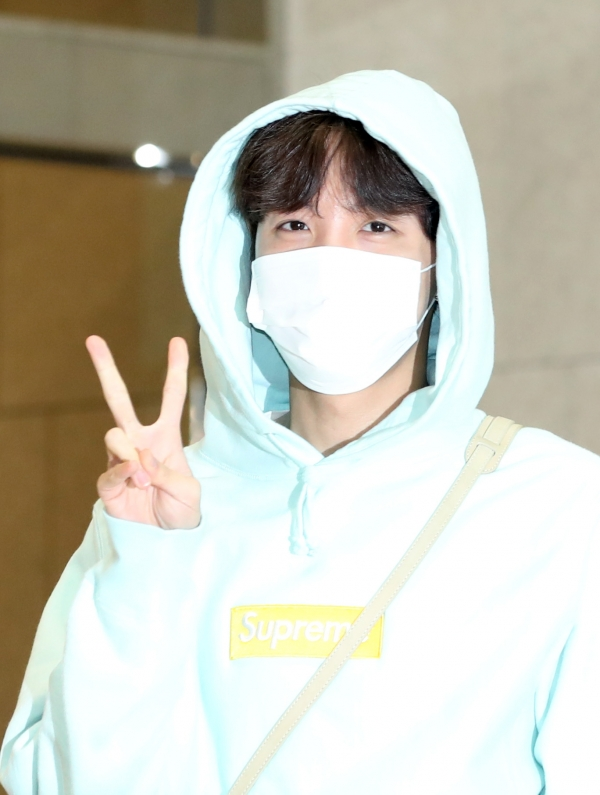 J-Hope of BTS is saying hello in the afternoon of 5 April, before departing for Thailand for their concert via charter flight from the Gimpo International Airport 2019.4.5/News 1 © News 1